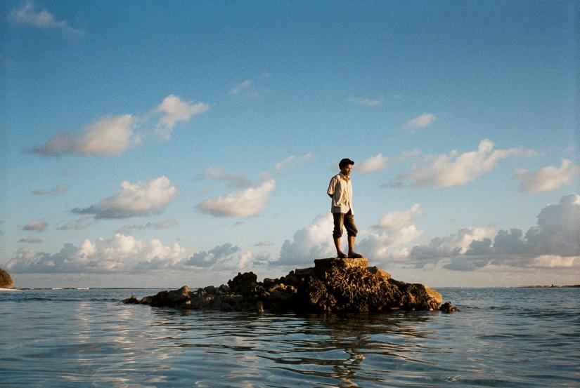 L?archipel des Maldives compte 2 000 i?les, dont 200 seulement sont habite?es. Loin de la capitale Male? et de ces digues de protection, ces i?les sont menace?es par l?e?rosion due a? la monte?e des eaux. Leurs habitants seront les premiers re?fugie?s climatiques des Maldives.